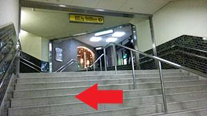 階段手前を左へ