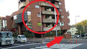高架下を抜けた「春日1丁目南」交差点の左に見えているビルの1Fです。