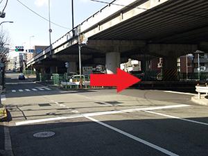 「千里山西4丁目南」を右折して、高架下を抜けた先のビルです。