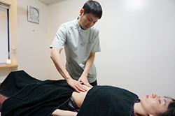 (腹診)腹部に現れる反応をみて、脉診同様「施術方針」を決定する材料とします。