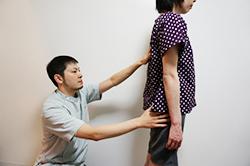 (バランス) 筋肉・骨格のアンバランスを調べます。身体の歪みの治療には必須です。